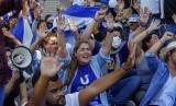 Demonstran antipemerintah meneriakkan slogan menentang Presiden Nikaragua Daniel Ortega, Rabu (17/4).