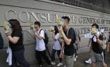 Demonstran berkumpul di luar Konsulat AS di Hong Kong, Rabu (26/6). Mereka menuntut aturan ekstradisi Hong Kong diangkat dalam konferensi G-20 di Jepang.