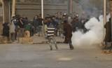 Demonstran Kashmir berlindung dari asap gas air mata. Pakistan didesak untuk membawa masalah Kashmir ke pengadilan internasional. Ilustrasi.