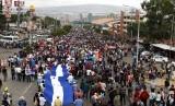 Demonstran membawa bendera Honduras saat melakukan aksi protes menuntut Presiden Juan Orlando Hernandez mundur di Tegucigalpa. Honduras pada Jumat secara efektif mengakhiri mandat badan antikorupsi. Ilustrasi.