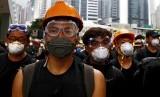 Demonstran mengenakan kacamata pelindung dan masker berjalan menuju Dewan legislatif untuk melanjutkan protes menentang RUU ekstradisi di Hong Kong.