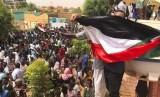 Demonstran Sudan berkumpul di depan rumah seorang pria yang meninggal dalam protes pada 3 Juni di Khartoum, Sudan, Ahad (30/6).