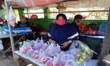 Desti (50 tahun), penjual bunga di TPU Pereng, Kota Bekasi.