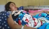Devia Sophiani (20 tahun) masih memperoleh perawatan di RSU dr. Slamet Garut, Selasa (3/10). Perempuan yang berprofesi sebagai pemandu lagu itu mendapat luka tembak di bagian paha oleh oknum polisi mabuk.