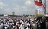 (Ilustrasi) Di bawah terik matahari, ratusan ribu peserta Aksi Bela Palestina melaksanakan shalat Jumat berjamaah di area Monas, Jakarta Pusat, Jumat (11/5).