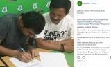 Dilshod Sharofetdinov menandatangani kontrak semusim membela PSMS Medan disaksikan pelatih PSMS Djadjang Nurdjaman.