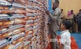 Dinas sosial Pemkot Tasikmalaya sidak beras sejahtera (rastra) ke gudang Lingga Jaya Subdivre Bulog Ciamis, Selasa (30/5). Dalam sidak itu beras ditemukan dalam kondisi berkutu.