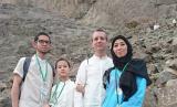 Dini Kusmana Massabuau sekeluarga saat berada di area gua Hira di Makkah.