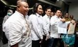 Direktur Advokasi dan Hukum Tim Kampanye Nasional (TKN) Ade Irfan Pulungan (kanan) didampingi Wakil Direktur Hukum dan Advokasi TKN Hermawi Taslim (kiri) menunjukkan berkas seusai melakukan pendaftaran kuasa hukum di Gedung Mahkamah Konstitusi, Jakarta, Selasa (11/6/2019).