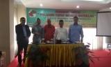 Direktur Albilad Universal, Dadan Jajuli bersama dengan kepala cabang Albilad Palembang dan perwakilan BSM Cabang Palembang.