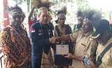 Direktur BBM BPH Migas Patuan Alfon Simanjuntak bersama dengan Anggota Komisi VII DPR RI Dapil Papua Bapak Marthen Douw meresmikan 3 Sub Penyalur BBM di Kabupaten Asmat yang dipusatkan di Kampung Sagara Distrik Awuyu Kabupaten Asmat, Papua (22/1).