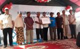 Direktur Bisnis Regional Sulawesi PT PLN Syamsul Huda dan Komisaris Utama PLN Ilya Avianti melaunching program recovery Palu, Sigi dan Donggala Sulawesi Tengah di Kabupaten Sigi, Senin (25/3).