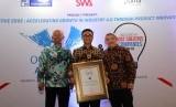 Direktur Digital Business Telkom Faizal R. Djoemadi (tengah) menerima penghargaan Indonesia Most Creative Companies 2019 yang diserahkan oleh Pemimpin Umum Redaksi Majalah SWA Kemal E. Gani (kanan) didampingi Executive Director PPM Manajemen Bramantyo Djohanputro (kiri) di Jakarta, Senin (17/6). Penghargaan ini diselenggarakan oleh Majalah SWA dan PPM Manajemen.