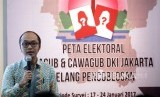 Direktur Eksekutif Charta Politika Indonesia, Yunarto Wijaya memberikan paparan saat rilis hasil survei Peta Elektoral Cagub dan Cawagub DKI Jakarta Jelang pencoblosan di Kantor Charta Politka, Jakarta, Selasa (1/2).