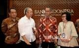 Direktur Eksekutif Program Tranformasi Bank Indonesia (BI), Aribowo, Kepala Badan Pengatur Jalan Tol Herry Trisaputra Zuna, Deputi Gubernur BI Sugeng, Kepala Departemen Kebijakan dan Pengawasan Sistem Pembayaran BI Eni V Panggabean (dari kiri) berbincang bersama usai diskusi bertajuk Elektronifikasi Pembayaran Tol di Gedung Bank Indonesia, Jakarta, Selasa (15/8).