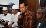 Direktur Eksekutif The Yudhoyono Institute Agus Harimurti Yudhoyono (kedua kanan)