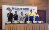 Direktur IBL Hasan Gozali (tiga kiri) Kristy Nelwan (VP Corporate Communication GOJEK)  empat kiri. Saat jumpa pers Turnamen IBL, Kamis (11/10) di Jakarta.