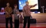 Direktur Jaringan dan Layanan BRI Osbal Saragi Rumahorbo (kanan) menjadi pemateri dalam acara Forum Leader Talks yang bertemakan 'Akselerasi UMKM Melalui Digital Banking BRI' di Graha Sanusi Hardjadinata, Kampus Unpad, Kota Bandung, Rabu (12/12).