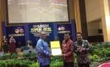 Direktur Jenderal Pembelajaran dan Kemahasiswaan, Prof  Ismunandar menyerahkan Piagam Pelaksanaan KMHE  kepada Rektor Universitas Negeri Padang (UNP), Prof, Ganefry, didamping Ketua Pelaksana, Prof Ardipal, pada acara penutupan KMHE,  di Auditorium UNP, Padang, Sabtu (1/12).