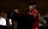 Direktur Jenderal Penyelenggara Haji dan Umrah Nizar Ali memberikan keterangan saat sidang uji materi Undang-undang Pengelolaan Keuangan Haji di Mahkamah Konstitusi, Jakarta, Selasa (26/9).