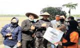 Direktur Jenderal Tanaman Pangan, Suwandi saat mengunjungi pola integrated farming menuju zero waste seluas 2 hektar di Desa Jagan Kecamatan Bendosari, Kabupaten Sukoharjo, Jawa Tengah, Ahad (12/07).