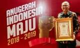 Direktur Kepatuhan dan Manajemen Risiko yang melaksanakan tugas Direktur Utama Bank BJB Agus Mulyana menunjukkan piagam penghargaan korporasi Merah Putih dalam ajang Anugerah Indonesia Maju 2018-2019 di Ballroom Pullman Hotel, Jakarta, Senin (8/4).