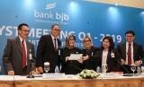 Direktur Kepatuhan dan Manajemen Risiko yang melaksanakan tugas Direktur Utama Bank BJB Agus Mulyana (kedua dari kiri) bersama jajaran direksi dan komisaris Bank BJB dalam analyst meeting QI 2019 di Ballroom Hotel Ritz Carlton Pacific Place, Jakarta, Jumat (26/4).