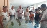 Direktur Konstruksi dan Operasional ITDC Ngurah Wirawan memaparkan potensi investasi KEK Mandalika kepada sejumlah duta besar di Kantor ITDC, KEK Mandalika, Lombok Tengah, NTB, Sabtu (10/11).