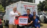 """Direktur Media Dakwah Radio Silaturahim (Rasil) Network, Ichsan Talib menyerahkan bantuan berupa 'Mobil Pangan Umat' kepada pendiri FOI Hendro Utomo, dalam acara Tabligh Akbar """"Sewindu Rasil Bersamamu"""" sekaligus menyemarakkan Tahun Baru Hijriah 1 Muharram 1439 di Masjid Agung At-Tin, Jakarta, Kamis (21/9)."""