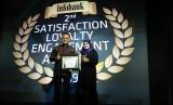 Direktur Operasi Bank Muamalat Awaldi menerima plakat penghargaan Satisfaction, Loyalty, and Engagement (SLE) Award 2019 di Jakarta, Kamis 14 Maret 2019.