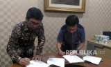 Direktur Operasional PT Republika Media Mandiri Arys Hilman dan Direktur Pendidikan Dompet Dhuafa Muhammad Syafi'ie el-Bantanie menandatangani kerja sama pemberitaan program Sekolah Literasi Indonesia, Jakarta, Senin (11/2).