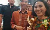 Direktur Pemasaran Bio Farma Sri Harsi Teteki menerima penghargaan Primaniyarta dari Presiden Joko Widodo.