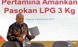 Direktur Pemasaran Pertamina Muchamad Iskandar bersiap memberikan keterangan pers mengenai pasokan LPG tiga kilogram bersubsidi, di kantor Pusat Pertamina, Jakarta, Jumat (8/12).