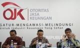 Direktur Pengawasan Bank Syariah OJK Jasmi, Deputi Komisioner Pengawasan Integrasi OJK Agus Edy Siregar dan Deputi Komisioner Pengawas Perbankan I OJK Mulya Effendi Siregar (dari kiri) berbicara saat konferensi pers di Jakarta, Kamis (19\1).