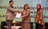 Direktur Perluasan dan Pelayanan Peserta BPJS Kesehatan Andayani Budi Lestari menerima penghargaan sertifikat ISO 9001:2015 dari PT SGS Indonesia atas proses pelayanan peserta di Kantor Cabang Wilayah Jabodetabek dan BPJS Kesehatan Care Center 1500 400