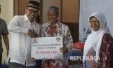 Direktur SDM dan Hukum Semen Indonesia Agung Yunanto (kiempat dari kiri) bersama perwakilan siswa penerima beasiswadiGresik, Jum'at (11/1).