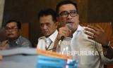 Direktur Utama LPP TVRI nonaktif Helmy Yahya (kanan) didampingi kuasa hukum Chandra Hamzah (tengah) menyampaikan pembelaan terkait pemberhentian dirinya oleh Dewan Pengawas LPP TVRI saat menggelar konferensi pers di Jakarta, Jumat (17/1/2020).