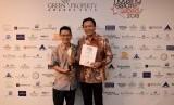 Direktur Utama PT Izumi Sentul Realty, Ricky Kinanto Teh (kiri) berpose bersama Associate Director Sales & Marketing PT Sentul City Tbk, Kelvin Octavianus seusai menerima penghargaan HousingEstate Awards 2018.