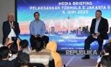 Direktur Utama PT Jakarta Propertindo (Jakpro) Dwi Wahyu Daryoto (kiri) didampingi Ketua Umum Ikatan Motor Indonesia (IMI) Pusat Sadikin Aksa (tengah) dan perwakilan Formula E Operation Nuno Fernandez, menyampaikan keterangan pers tentang penyelenggaraan balap mobil Formula E di Jakarta, Jumat (14/2/2020).
