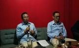 Direktur Utama PT Jasaraharja Putera Zulmahdiar (kiri) dan Direktur Keuangan Umum dan SDM Jasaraharja Putera Abdul Harris (kanan) menjelaskan mengenai aplikasi JP-Mobile dalam media gathering dengan media di kawasan Cilandak, Jakarta Selatan, Rabu malam (12/12).