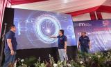 Direktur  Utama  Telkom  IndonesiaRiriek  Adriansyah(tengah)  bersama  Direktur  Network  &  IT Solution Telkom Herlan Wijanarko (kanan) dan Direktur Wholesale & International Service Telkom Dian Rachmawan melakukan seremoni groundbreakingHyperScale Data Center Telkom diAreaBekasi, Kamis (9/7).