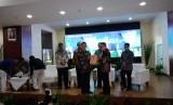 Direktur Utama TVRI Helmy Yahya (kanan, berkacamata) saat menerima opini Wajar Tanpa Pengecualian (WTP) dari Badan Pemeriksa Keuangan (BPK), di Gedung TVRI, Senayan, Jakarta, Senin (17/6).