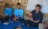 Dirjen Hortikultura Suwandi sedang berdialog dengan petani di Sukabumi