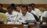 Dirjen Imigrasi Ronny F. Sompie (tengah) menyampaikan pemaparannya pada rapat kerja dan dengar pendapat dengan Tim Pengawas TKI DPR di Gedung Nusantara II DPR, Jakarta, Rabu (3/10).