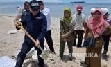 Dirjen Penegakan Hukum Kementerian Lingkungan Hidup dan Kehutanan (KLHK) melakukan inspeksi atas tumpahan 50 ton lemak sawit di Teluk Bayur, Padang pekan lalu. Hasilnya, hingga Selasa (3/10) masih ditemukan endapan lemak sawit di sejumlah pulau di Perairan Teluk Bayur dan Bungus Teluk Kabung, Padang.