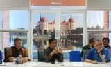 Dirjen Peternakan dan Keswan I Ketut Diarmita (tengah) menjelaskan tentang harga ayam yang anjlok dalam pertemuan koordinasi lintas instansi di Bogor Jawa Barat