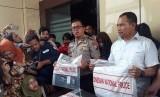 Ditreskrimsus Polda Jatim menunjukan barang bukti dan tersangka kasus prostitusi online yang melibatkan artis di Mapolda Jatim, Surabaya, Kamis (10/1).