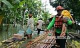 Dompet Dhuafa (DD) bersama tim relawan salurkan bantuan  logistik ke wilayah-wilayah pelosok bencana yang terjadi di Kebumen, Jawa  Tengah. Ada 50 paket logistik yang didistribusikan ke wilayah yang  terdampak yaitu di Dusun Bulusari, Madurejo, Puring, Kebumen.