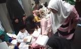 Dompet Dhuafa membagikan 200 iftar  di wilayah padat penduduk di RT 07 Gang Ori Jl. Ks.Tubun kota Bambu Selatan, Palmerah, Jakarta Barat (Kamis, 16/5).