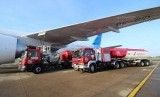 DPPU Bandara Internasional Minangkabau melakukan pengisian bahan bakar avtur untuk pesawat. ilustrasi